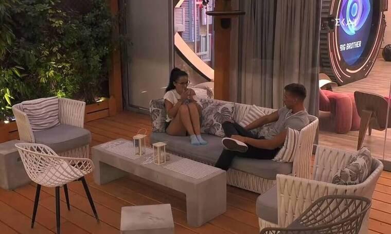 Big Brother: Η Χριστίνα με μαγιό στο μπάνιο και τα χέρια του Παναγιώτη κάτω από τη μπλούζα της