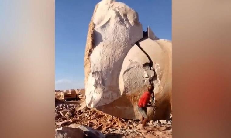 Φοβερό: Άνδρας σπάει ογκόλιθο στη μέση χωρίς μηχάνημα (video)
