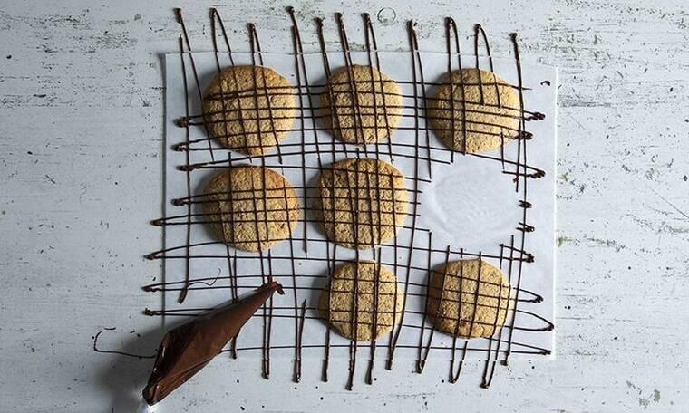 Μπισκότα με 4 υλικά από τον Άκη Πετρετζίκη!