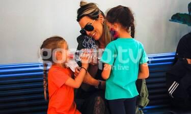 Θέλξη: Οι κόρες της μεγάλωσαν και βγήκαν για ψώνια με τη μαμά τους (pics)