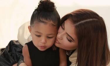 Kylie Jenner: Ούτε εσύ δεν έχεις τόσο ακριβό σακίδιο, όσο αυτό της κόρης της