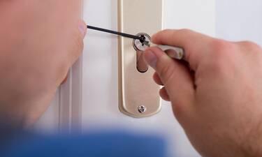 Πώς να ξεκλειδώσεις την πόρτα σου αν κλειστείς έξω
