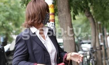 Σπάνια εμφάνιση για τη Μαρία Χούκλη! Το σικ ντύσιμο και η ασορτί μάσκα