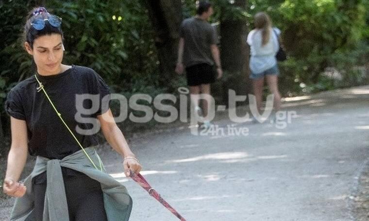 Τόνια Σωτηροπούλου: Εντελώς άβαφτη και με casual look στο Ζάππειο με το σκύλο της!