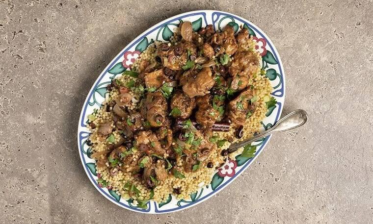 Κοτόπουλο με ελιές στην κατσαρόλα από τον Άκη Πετρετζίκη