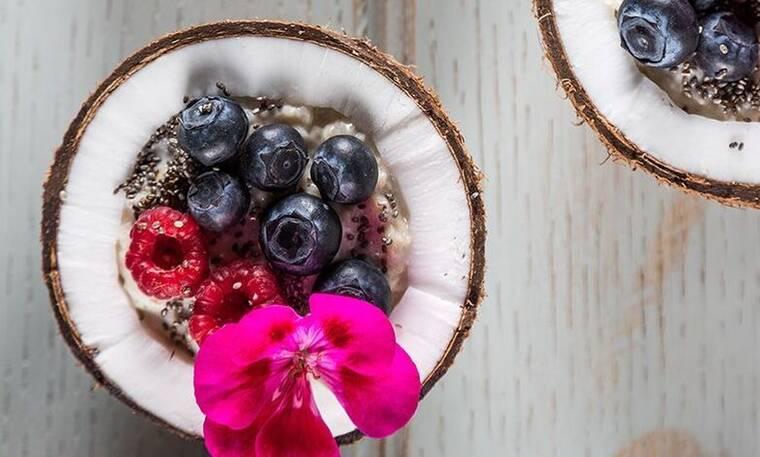 Porridge με μούρα και τσία από τον Άκη Πετρετζίκη