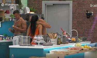 Big Brother: Προκλητικό πλάνο – Η Χριστίνα έδειξε τα… κάλλη της στον Παναγιώτη (pics)
