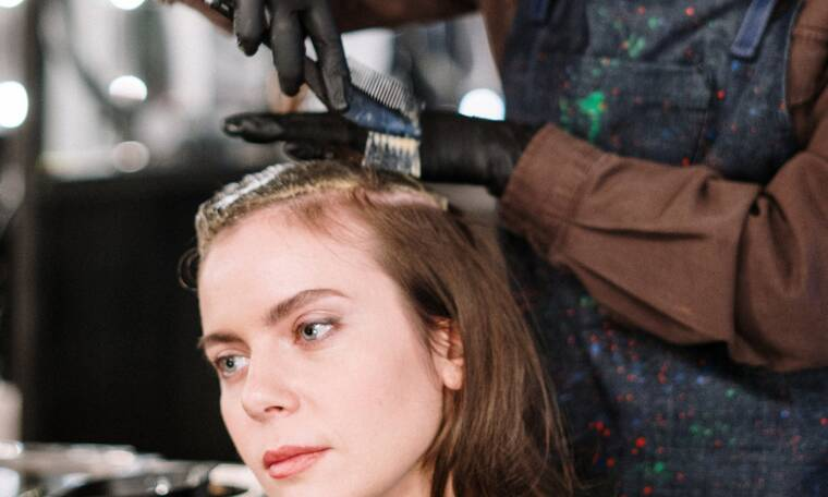Έβαψες τα μαλλιά σου; Πόσο τελικά πρέπει να περιμένεις πριν τα λούσεις;
