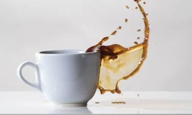 Πώς να μην χύνεις τον καφέ σου σύμφωνα με την επιστήμη