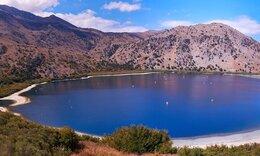 H πανέμορφη ελληνική λίμνη με τα μαγικά νερά