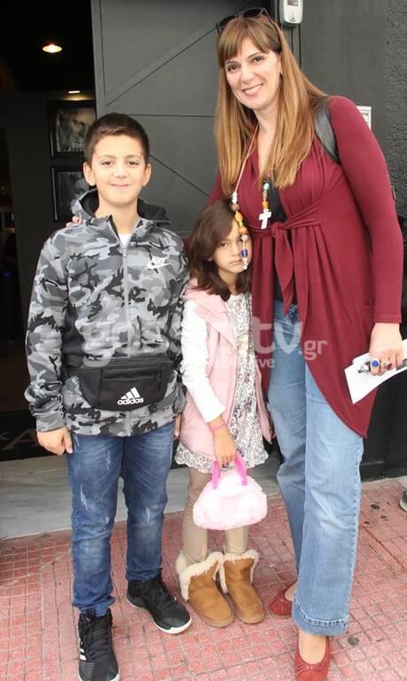 Ευτυχισμένη μαμά δυο υπέροχων παιδιών