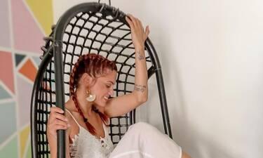 Μαίρη Συνατσάκη: Έχει το απόλυτο νεανικό σαλόνι σε χρώμα πετρόλ!
