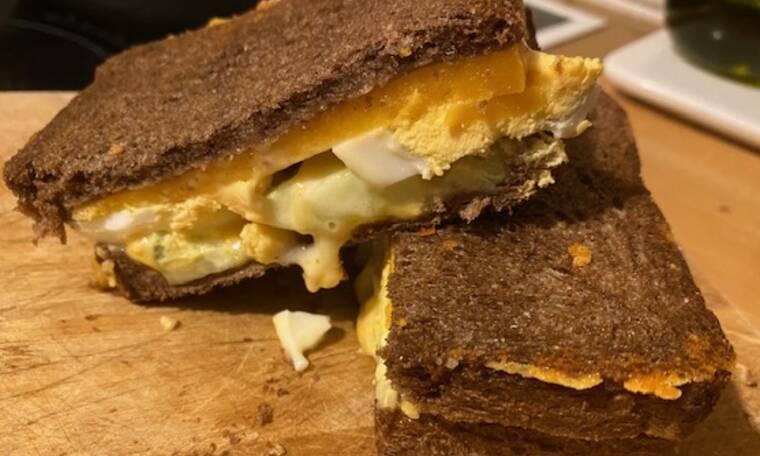 Συνταγή για Sandwich από χαρουπόψωμο με αυγό και cheddar (Γράφει αποκλειστικά στο Queen.gr η Majenco)