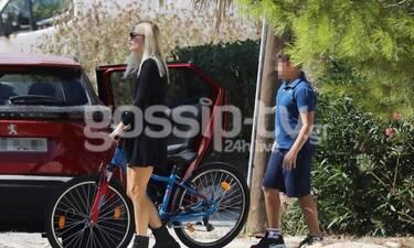 Φαίη Σκορδά: Το mini black φόρεμα και η βόλτα με τον γιο της, Γιάννη