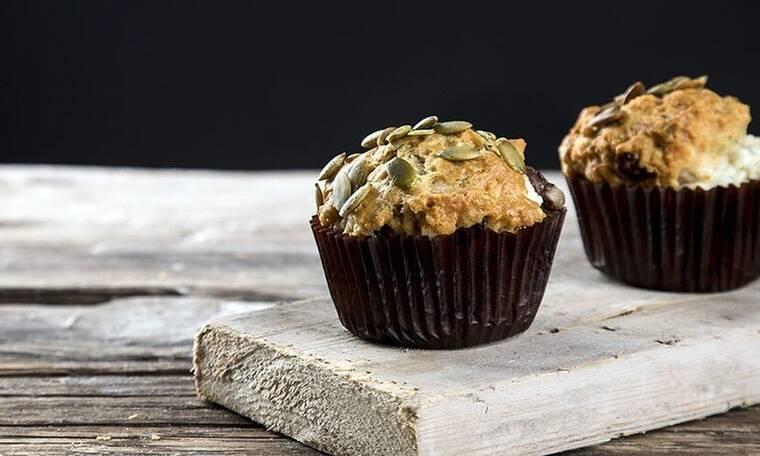 Ελληνικά muffins με ελιές και φέτα από τον Άκη Πετρετζίκη!