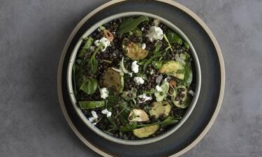 Σαλάτα με μαύρες φακές – Ένα πιάτο του Πετρετζίκη που θα σε τρελάνει