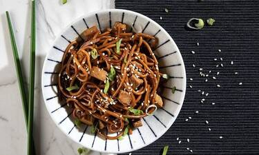 Noodles με κοτόπουλο από τον Άκη Πετρετζίκη - Θα τρελαθείς