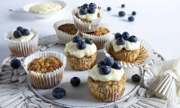 Αυτά τα muffins με 5 υλικά του Άκη Πετρετζίκη θα τα λατρέψετε!