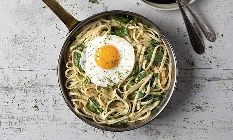 Λιγκουίνι με σπανάκι και τηγανητά αβγά από τον Πετρετζίκη