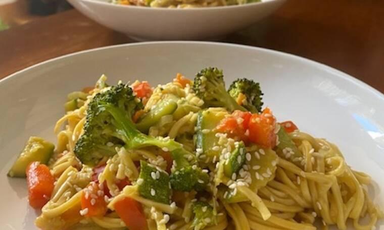 Συνταγή για τα πιο νόστιμα Noodles με λαχανικά (Γράφει η Majenco αποκλειστικά στο Queen.gr)