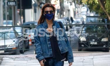 Μαρίνα Βερνίκου: Με κολάν και τζιν jacket σε μια άδεια Αθήνα