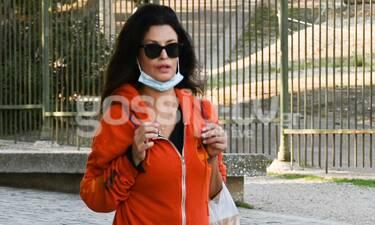 """Δωροθέα Μερκούρη: Ντυμένη στα """"κόκκινα"""" βολτάρει στο κέντρο της Αθήνας."""