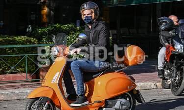 Μπακογιάννης: Με… πορτοκαλί βέσπα «οργώνει» όλη την Αθήνα ο Δήμαρχος!