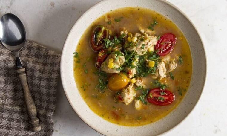 Πικάντικη σούπα με κοτόπουλο και ντοματίνια από τον Πετρετζίκη