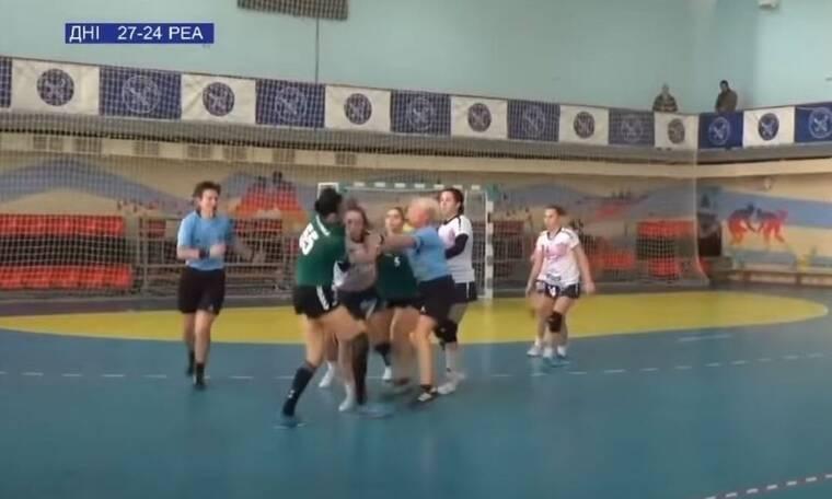 Απίστευτο ξύλο σε αγώνα χάντμπολ γυναικών! (video)