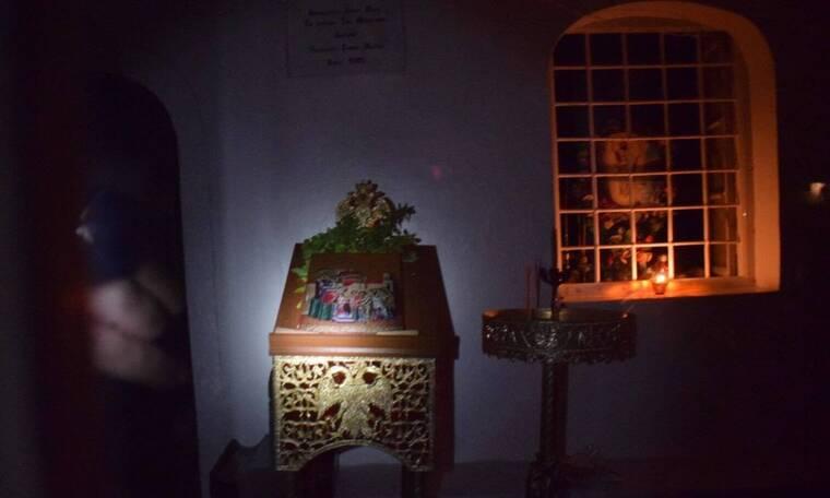 Στην Ύδρα έβγαλαν εικόνα από εκκλησάκι και την φιλούσαν οι πιστοί́!