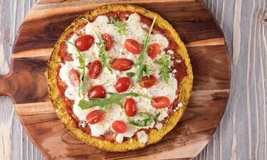 Φτιάξτε υγιεινή πίτσα με κουνουπίδι όπως ο Άκης Πετρετζίκης
