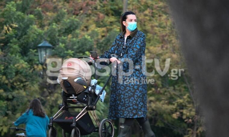 Νικολέττα Ράλλη: Casual chic σε βόλτα με το μωρό της! (photos)