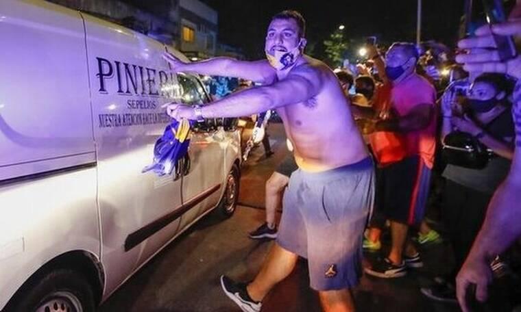 Ντιέγκο Μαραντόνα: Σπαρακτικές κραυγές κατά τη μεταφορά της σωρού του(vid)