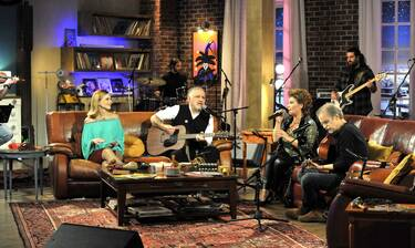 Μουσικό Κουτί: Ο Μίλτος Πασχαλίδης και η Γιώτα Νέγκα σε τραγούδια που μας ενώνουν