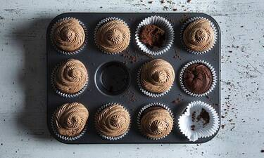 Cupcakes με 4 υλικά από τον Άκη Πετρετζίκη!