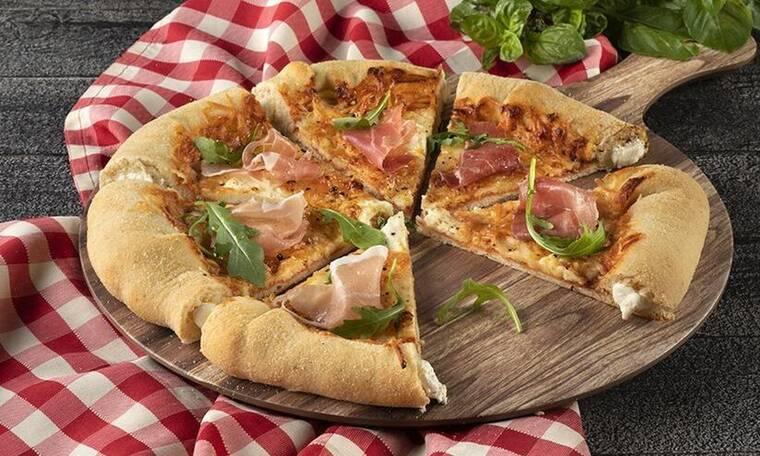 Πίτσα με 4 τυριά και κρούστα με τυρί κρέμα από τον Άκη Πετρετζίκη