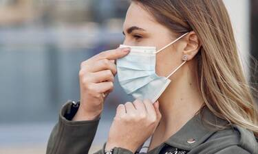 Μήπως τελικά οι μάσκες προστασίας προκαλούν σπυράκια και στα χείλη μας;