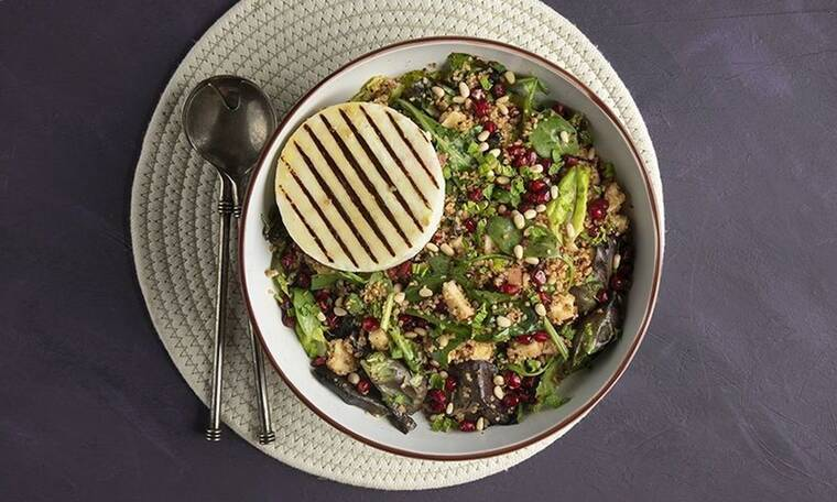 Χειμωνιάτικη σαλάτα με μανούρι από τον Άκη Πετρετζίκη