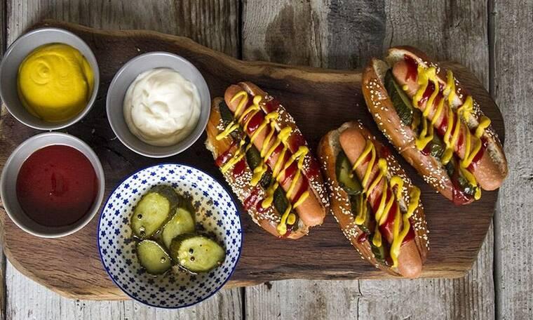Φτιάξτε hot dogs όπως ο Άκης Πετρετζίκης!