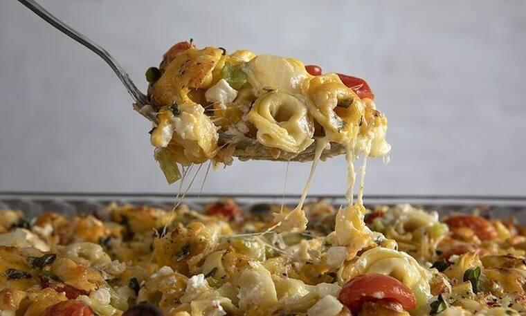 Φτιάξτε τορτελίνια με τυρί στον φούρνο όπως ο Άκης Πετρετζίκης