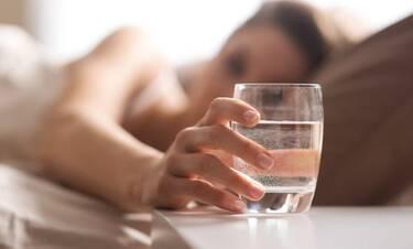Γιατί πρέπει να πίνουμε ένα ποτήρι νερό μόλις ξυπνάμε;