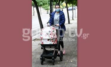 Νικολέτα Ράλλη: Μια υπέροχη μαμά! Βόλτα με το μωρό της στο κέντρο