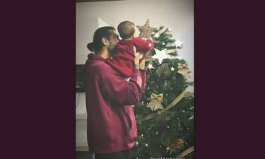 Ελληνίδα πρωταγωνίστρια στόλισε το χριστουγεννιάτικο δέντρο με την 7 μηνών κόρη της