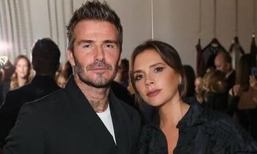 Ο David Beckham ποζάρει με πλεκτά από τη συλλογή της Victoria μέσα στο σπίτι! (pics)