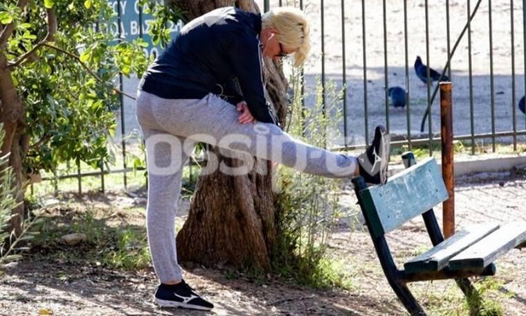Η Σία Κοσιώνη όπως δεν την έχεις ξαναδεί - Έκανε ασκήσεις γυμναστικής στο κέντρο της Αθήνας!