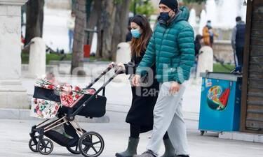 Νικολέττα Ράλλη: Βόλτα στο Σύνταγμα με την κορούλα και τον σύζυγό της!