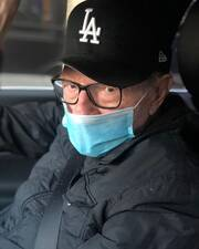 Larry King: O παρουσιαστής-θρύλος στο νοσοκομείο παλεύει, στα 87 του, με τον κορονοϊό