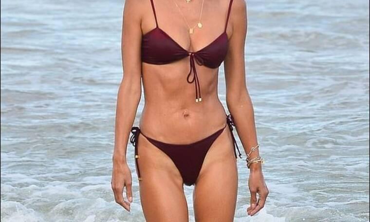«Κόβει ανάσες» στην παραλία η διάσημη μαμά μετά από δύο γέννες