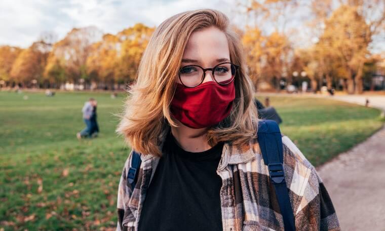 Το τρικ για να μη θολώνουν τα γυαλιά σου ενώ φοράς προστατευτική μάσκα