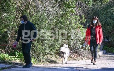 Χαραλαμπόπουλος-Πρίντζου: Βόλτα με τους σκύλους τους στο κέντρο της Αθήνας